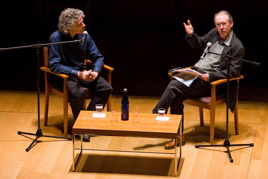 Steven Pinker e Ian McEwan (foto: John Sutera/PEN American Center)