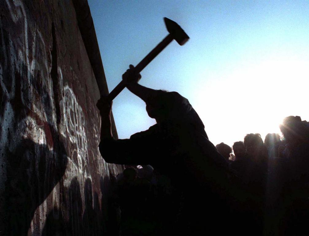 Homem martela Muro de Berlim em 12 de novembro de 1989.