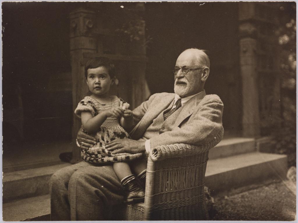 1927: Freud e sua neta, Eva, que acabou falecendo de complicações no parto, aos 20 anos.