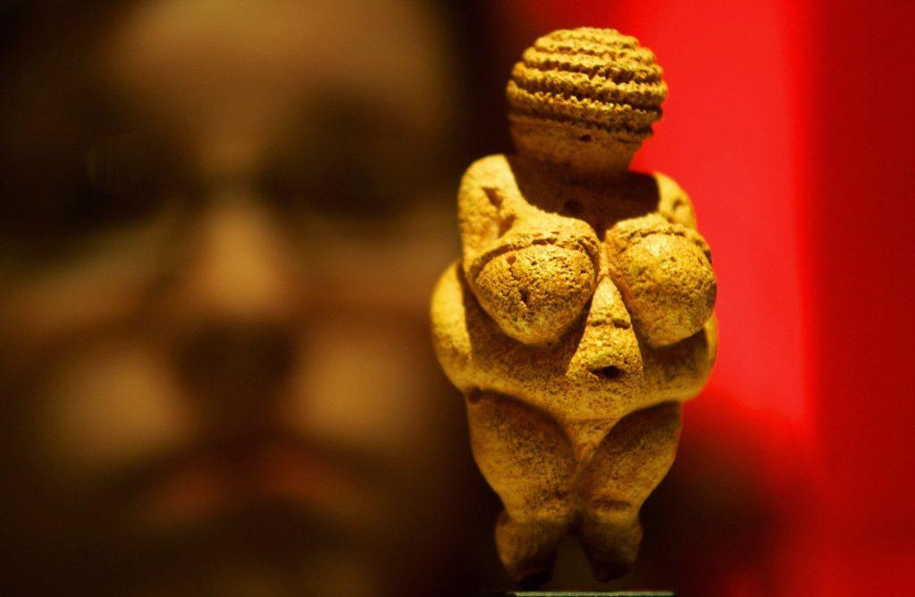 Vênus de Willendorf é uma representação paleolítica da Grande Mãe, cuja beleza estava relacionada à fertilidade.