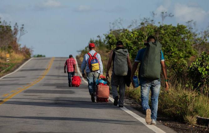 Ai Weiwei vai ao Fronteiras debater questão dos refugiados. (Foto: venezuelanos percorrem a pé os 200 km que separam seu país do Brasil)