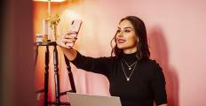 Influenciadores digitais: uma mera encenação social?