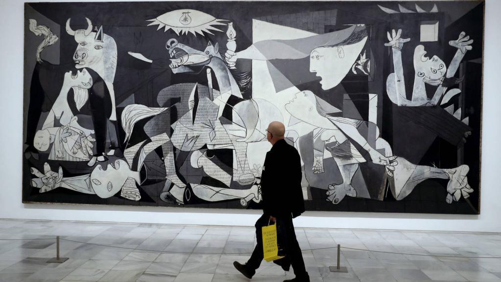 Um visitante passa em frente à obra Guernica, de Pablo Picasso.