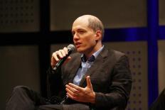 """Alain de Botton: """"As outras pessoas têm o mesmo tipo de vulnerabilidade que nós"""""""