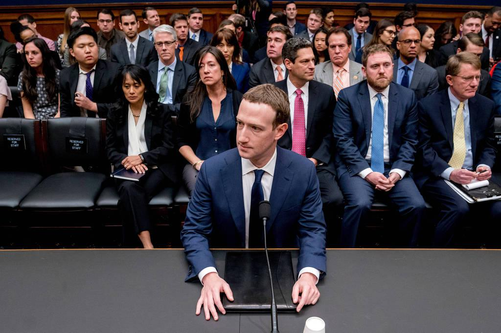 Zuckerberg ouve perguntas em depoimento à Câmara dos EUA na última quarta (11) (Foto: Andrew Harnik/Associated Press)