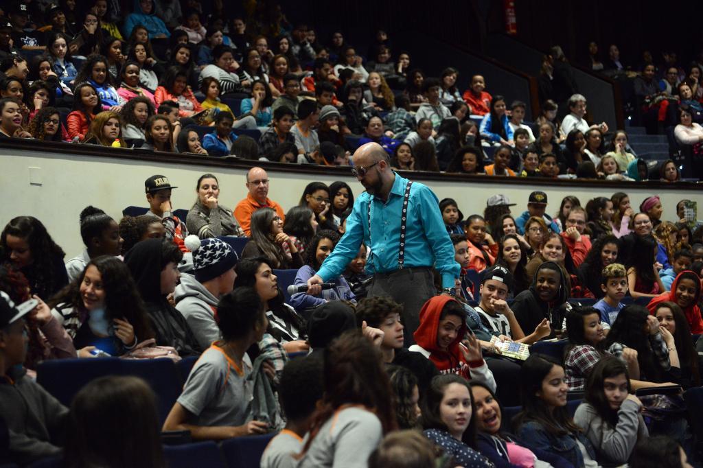 Fabrício Carpinejar questiona o público do Fronteiras Educação (foto: Luiz Munhoz/Fronteiras do Pensamento)