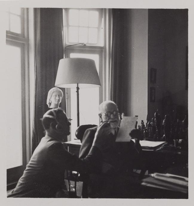 Freud grava entrevista para a BBC, em Londres (1938)